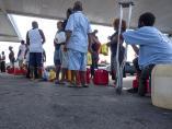 Residentes en Bahamas esperan para recoger gas.