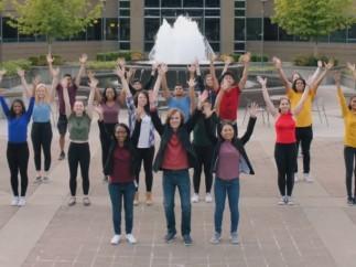 150 empleados y becarios de Microsoft protagonizan un musical sobre la compañía