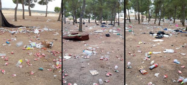 Restos de basura en el entorno del Castillo de Peñarroya tras la Romería de día 7 de septiembre