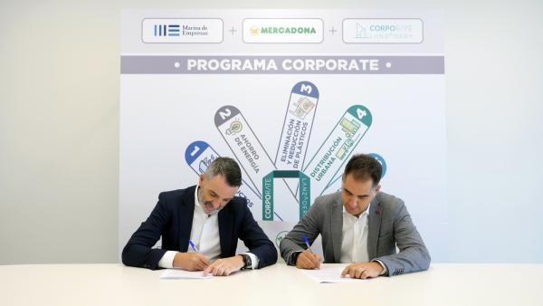 Javier Jiménez Marco, director general de Lanzadera, y Nichan Bakkalian, responsable de Organización de Mercadona, durante la firma del convenio del nuevo Programa Corporate