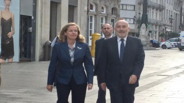 La ministra de Economía y Empresa en funciones, Nadia Calviño, y el delegado del Gobierno en Galicia, Javier Losada.
