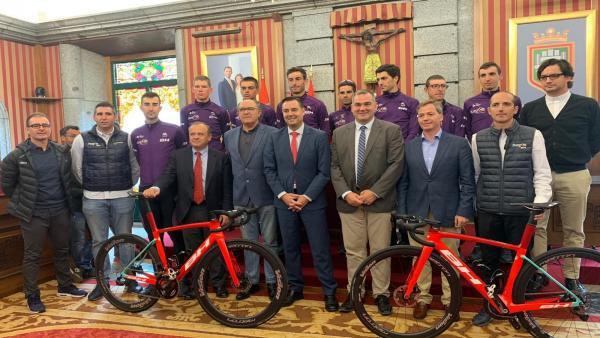 En el centro, el alcalde de Burgos, Daniel de la Rosa, a su derecha Levi Moreno, concejal de Deportes.