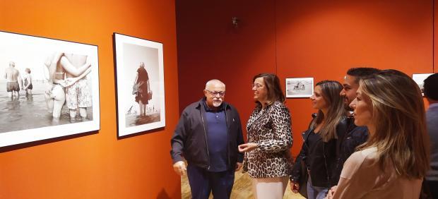 Díaz Burgos enseña su obra a los distintos representantes de las instituciones palentinas.