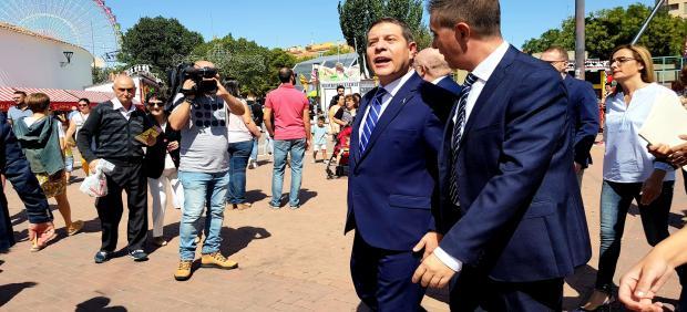 El presidente de Castilla-La Mancha, Emiliano García-Page, junto al presidente de la Diputación de Albacete, Santiago Cabañero, visitan la Feria de Albacete