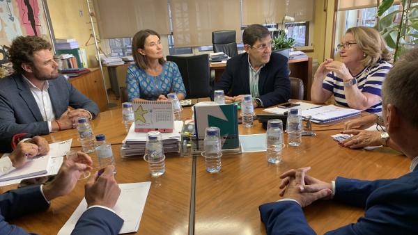 El consejero de Salud, Manuel Villegas (2d) mantuvo un encuentro con la presidenta del Colegio Oficial de Farmacéuticos de la Región de Murcia, Isabel Tovar (1d)