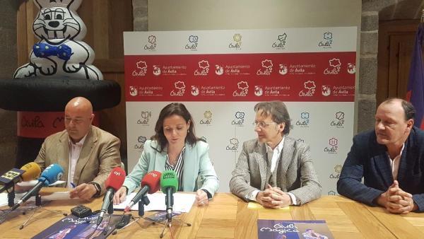 La teniente de alcalde de Empleo, Industria, Comercio y Turismo del Ayuntamiento de Ávila, Sonsoles Prieto, presenta el festival 'Ávila mágica'.