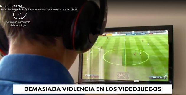 Imagen de un reportaje de Antena 3 donde se ve a un niño jugando a fútbol en la consola