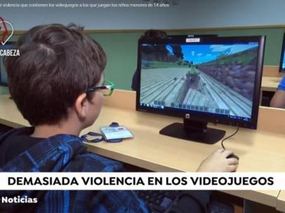 Un niño jugando a 'Minecraft' en el ordenador