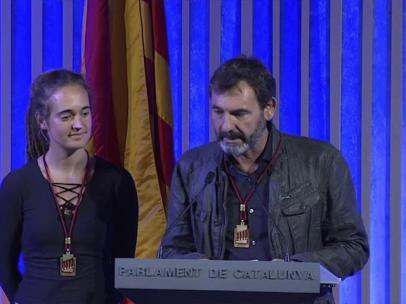 Carola Rackete, capitana del barco de rescate Sea-Watch, y Òscar Camps, máximo responsable de la ONG Open Arms, recibiendo la Medalla de Honor del Parlament de Cataluña.