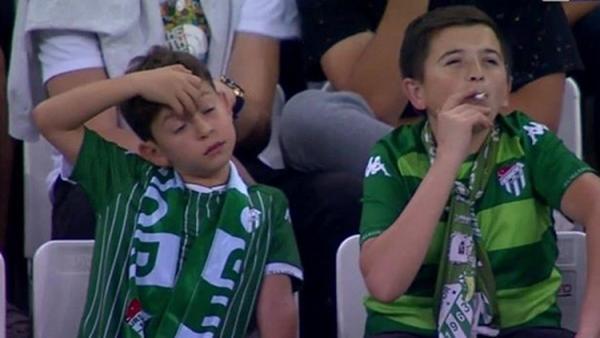 'Niño' fumando en un estadio