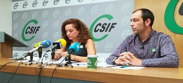 La presidenta de Educación de CSIF Extremadura,Mercedes Barrado, (a la izquierda) y el delegado sindical de CSIF Juan Manuel Dávila en rueda de prensa de CSIF con motivo del inicio del curso educativo en la región