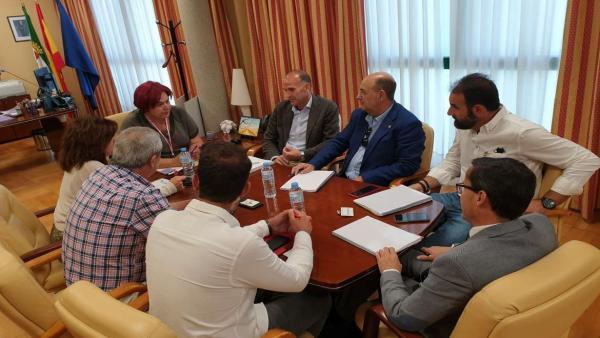Reunión de Begoña García Bernal y representantes de las diputaciones de Badajoz y de Cáceres para abordar el reto demográfico