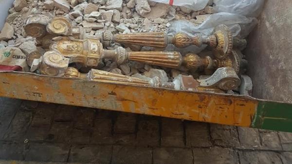 Tres candelabros de la Catedral de Cádiz en una cuba de obra