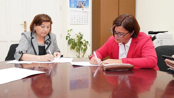 Firma del convenio entre el Ayuntamiento de Valladolid y Aprome.