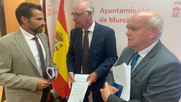 Los concejales Mario Gómez (Cs) y los 'populares'  Antonio Navarro y Eduardo Martínez-Oliva