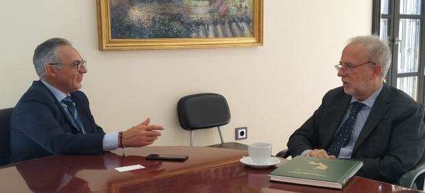 El presidente de la Mancomunidad del Campo de Gibraltar, Juan Lozano, con el delegado de Asuntos Exteriores