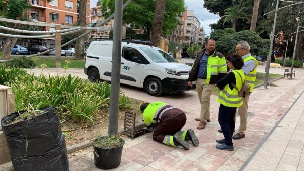 José Guillén supervisa trabajos de limpieza de imbornales en el Cuartel de Artillería