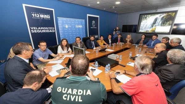 El jefe del Ejecutivo regional, Fernando López Miras, preside la reunión para abordar las actuaciones en diferentes ámbitos ante la alerta roja por fuertes lluvias en la Región de Murcia