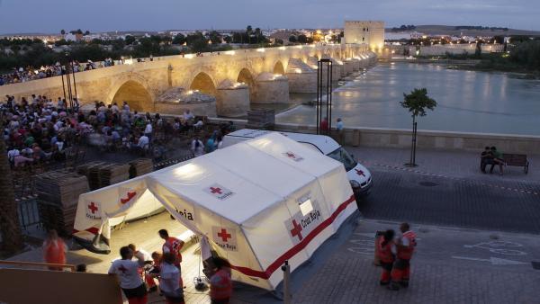 Carpa de Cruz Roja junto al Puente Romano