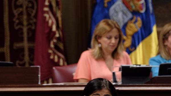 La consejera de Economía y Empleo del Gobierno de Canarias, Carolina Darias, en la tribuna del Parlamento