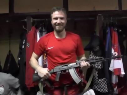 Jugador ruso de hockey con un AK-47