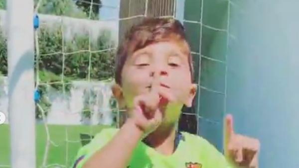 Mateo Messi imita a su padre