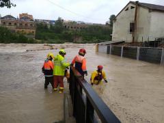 Los bomberos realizan rescates y desalojos en la zona Cantereria de Ontinyent (Valencia), 'la más afectada' por el desborde del río Clariano (DANA septiembre 2019)