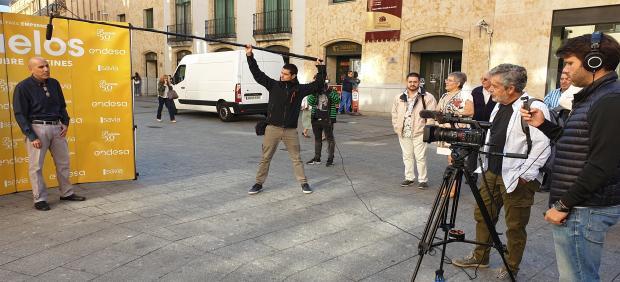 El actor Carlos Iglesias observa cómo una emprendedor explica en un vídeo su proyecto en Salamanca.