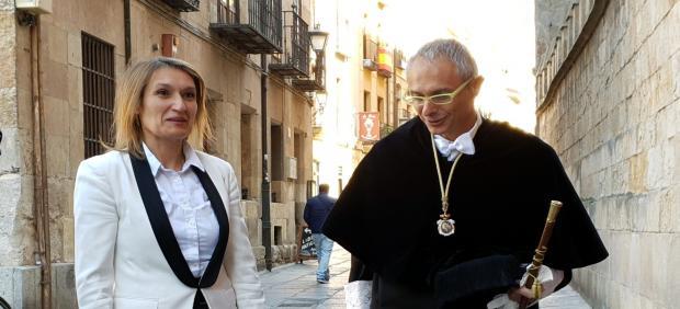 Rocío Lucas junto al rector de la USAL a las puertas del Edificio Histórico de la Universidad.