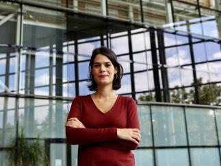 Isa Serra, posando en el edificio de la Asamblea de Madrid.