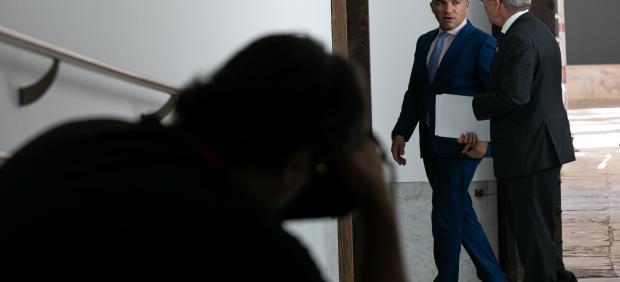 El consejero de Presidencia, Elías Bendodo junto al consejero de  Economía, Conocimiento, Empresas y Universidad, Rogelio Velasco entrando a la sala de prensa para informar sobre el Consejo de Gobierno.