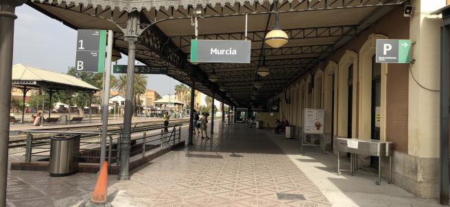 Estación de tren en El Carmen, tren, Renfe, cercanías, AVE, foto de archivo