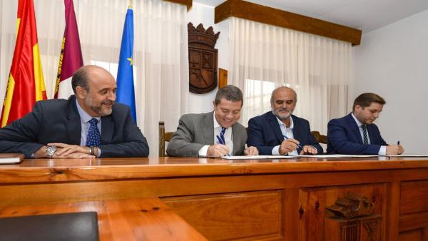Page firma un convenio por el cual se arreglará la travesía de San Lorenzo de la Parrilla