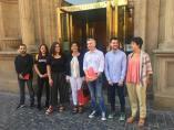Herrera (primero por la izquierda) en la foto de familia de la llegada de los equipos negociadores de PSOE y Podemos para la investidura de Andreu