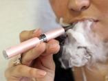 Mujer fumando un cigarrillo electrónico