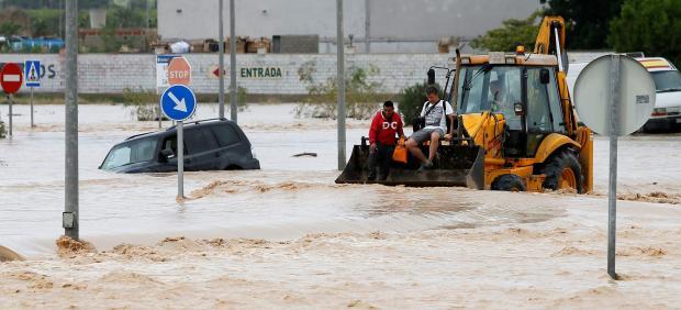 Dos ocupantes de un vehículo son rescatados por una pala mecánica en Orihuela