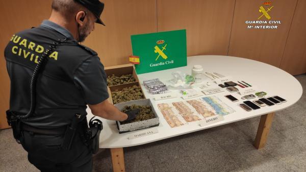Guardia Civil con droga y dinero incautados de un punto de venta de droga en una casa de Poio (Pontevedra).