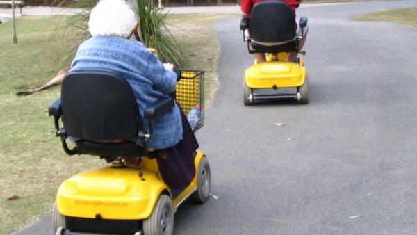 Un juez considera peatona a una atropellada al cruzar un paso cebra con un vehículo de minusválidos