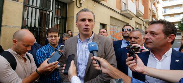 Javier Ortega-Smith (VOX) atiende a los medios en la inauguración de la sede del partido en la calle José Manuel de Villena de Salamanca.
