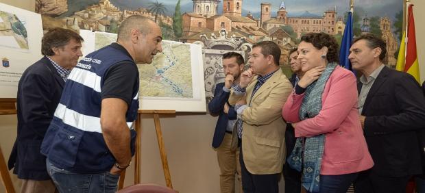 El presidente de Castilla-La Mancha, Emiliano García-Page, junto a la ministra de Trabajo, Magdalena Valerio, en su visita a Caudete y Almansa.