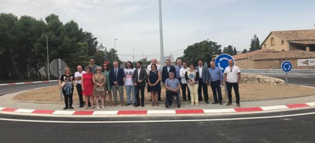 El conseller de Territorio y Sostenibilidad, Damià Calvet, y el alcalde de Bellpuig (Lleida), Jordi Estiarte, visitan la nueva rotonda de Bellpuig junto a otros cargos de la Generalitat.