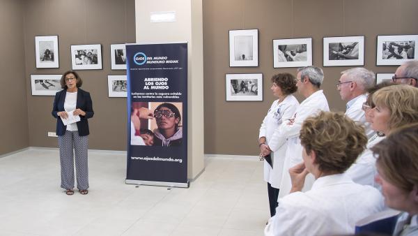 La coordinadora del Fundación Ojos del Mundo, Miren Rodríguez, en la inauguración de la exposición 'Ojos de Inhambane'