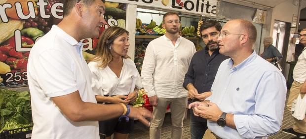 El secretario general del PP de Galicia, Miguel Tellado, y la portavoz municipal del PP, Beatriz Mato, visitan el barrio de A Falperra.