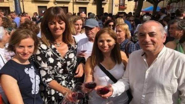 Iodia Mendia, junto a dirigentes del PSE, en la Fiesta de la vendimia de Baños de Ebro