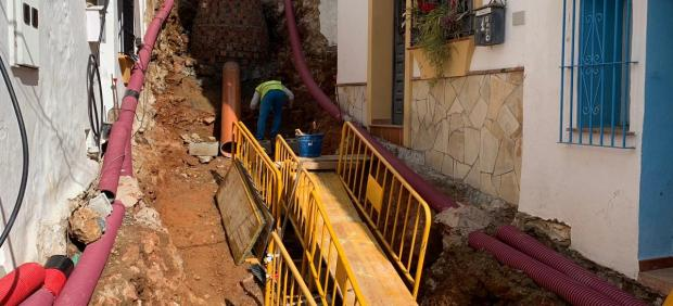 Obras municipios pueblos diputación trabajos operarios tuberías calle obra