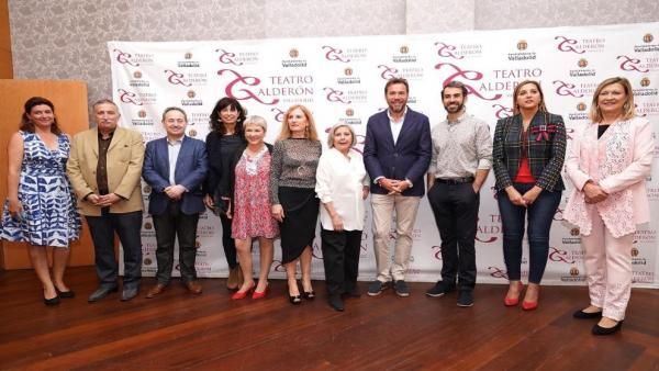 Los premiados por la Asociación Amigos del Teatro de Valladolid posan junto a las autoridades municipales y provinciales.