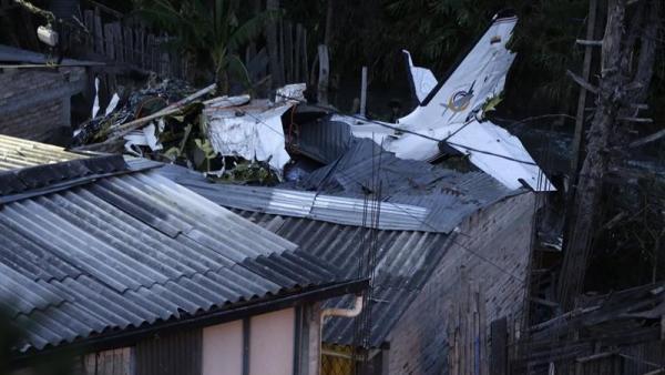 Avión estrellado sobre varias viviendas en Colombia