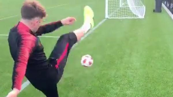 El increíble gol que desafía la física del fútbol