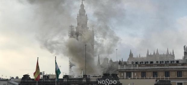 Humo provocado por un incendio en un inmueble de calle Alemanes de Sevilla