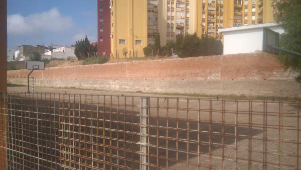 Patio de recreo cerrado del colegio Campo de Gibraltar